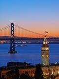 Cena da noite do edifício da balsa & da ponte do louro Imagens de Stock Royalty Free