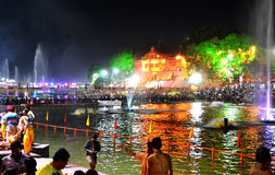 Cena da noite do kshipra do rio durante mela 2016 do kumbh do simhasth o grande, Índia de Ujjain Fotografia de Stock