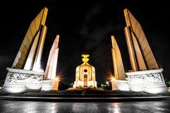 Cena da noite do monumento da democracia em Banguecoque, Tailândia Fotografia de Stock