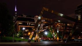 Cena da noite do parque público e da arquitetura da cidade Lapso de tempo vídeos de arquivo