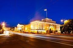 Cena da noite do tráfego no centro de St Petersburg no twil imagem de stock royalty free