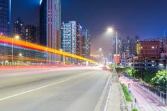 A cena da noite do tráfego urbano com luz arrasta na passagem superior Foto de Stock Royalty Free