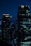 Cena da noite dos arranha-céus de Tokyo imagens de stock royalty free