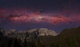 Cena da noite da montanha e da galáxia dos cumes imagem de stock royalty free
