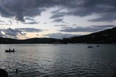 Cena da noite no lago Fotos de Stock