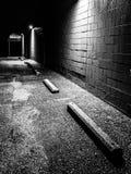 Cena da noite no parque de estacionamento de uma plaza de compra abandonada Fotografia de Stock