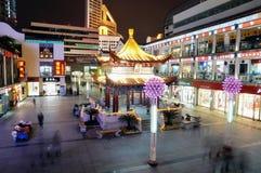 Cena da noite no quadrado de cidade em Wuxi, China foto de stock