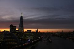 Cena da noite no rio Tamisa Londres central, o estilhaço Imagem de Stock