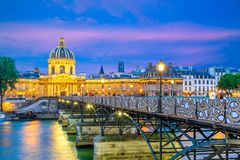 Cena da noite da residência nacional do Invalids e do Pont des Arts foto de stock