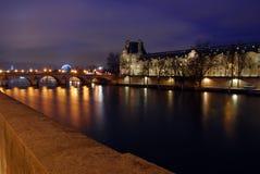 Cena da noite sobre o rio de Seine em Paris Imagens de Stock Royalty Free