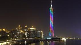 A cena da noite da torre do cantão conduziu a cidade clara China de Guangzhou vídeos de arquivo