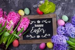 Cena da Páscoa com ovos coloridos imagem de stock