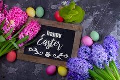 Cena da Páscoa com ovos coloridos foto de stock
