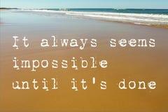 Cena da praia da areia molhada com as ondas no fundo e nas citações inspiradores parece sempre impossível até que ele o ` s feito imagens de stock
