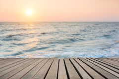 Cena da praia com assoalho de madeira Foto de Stock