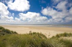 Cena da praia com dunas de areia Fotos de Stock