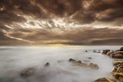 Cena da praia com formação impressionante da nuvem fotografia de stock