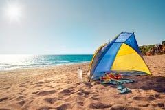 Cena da praia com uma barraca da praia Imagens de Stock