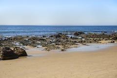Cena da praia rochosa de Crystal Cove imagens de stock royalty free