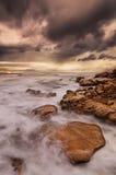 Cena da praia rochosa, litoral surpreendente fotografia de stock