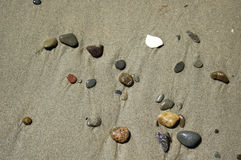 Cena da praia - seixos na areia imagens de stock royalty free