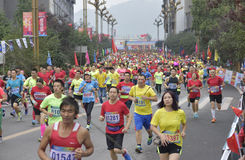 A cena da raça de maratona Imagens de Stock Royalty Free