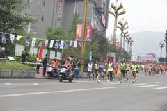 A cena da raça de maratona, corrida na equipe na frente do jogador Foto de Stock