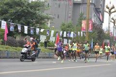 A cena da raça de maratona, corrida na equipe na frente do jogador Fotos de Stock
