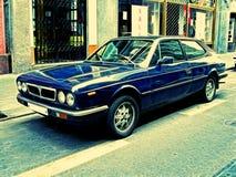 Cena da rua com carro do vintage Fotografia de Stock