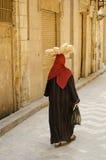 Cena da rua com a mulher encoberta na cidade velha Egipto do Cairo Imagem de Stock