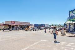Cena da rua com negócios, povos e veículos em Matatiele Foto de Stock Royalty Free