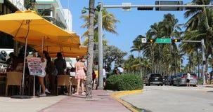 Cena da rua com o terraço do restaurante em Miami Beach filme