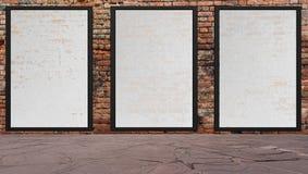 Cena da rua com a parede e os quadros de avisos de tijolo vermelho Imagens de Stock Royalty Free