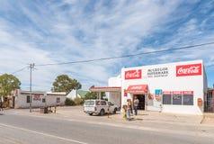 Cena da rua com supermercado e agência postal em McGregor foto de stock royalty free