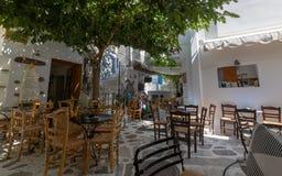 Cena da rua com tavernas e quadrado, na ilha do Egeu de Tinos, Grécia foto de stock royalty free