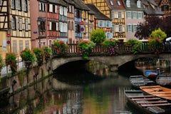 Cena da rua da cidade de Colmar, França fotos de stock