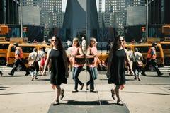 Cena da rua das reflexões de Manhattan Fotografia de Stock