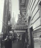 Cena da rua de Broadway em preto e branco foto de stock