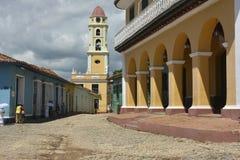 CENA DA RUA DE CUBA TRINIDAD COM TORRE DE SINO imagens de stock royalty free