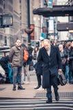 Cena da rua de New York City com povos Imagens de Stock