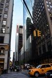 Cena da rua de New York na interseção - com táxis e os raspadores amarelos do céu foto de stock royalty free