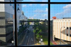 Cena da rua de Singapura através da janela de vidro pontilhada Foto de Stock