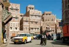 Cena da rua de yemen da cidade de Sanaa com povos e táxi Fotografia de Stock