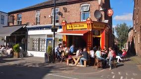 Cena da rua em Chorlton, Manchester, Inglaterra imagens de stock