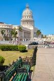 Cena da rua em Havana do centro com uma vista da construção do Capitólio Fotografia de Stock Royalty Free