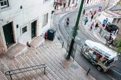 Cena da rua em Lisboa com turistas e locals Imagens de Stock Royalty Free