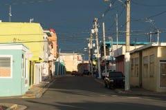 Cena da rua em Quegradillas, Porto Rico com iluminação dramática Foto de Stock