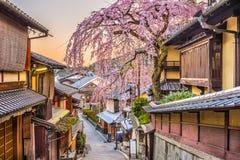 Cena da rua da estação de mola de Kyoto, Japão fotografia de stock