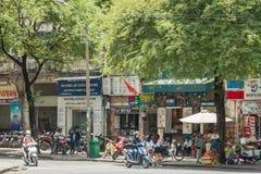 Cena da rua movimentada com motoristas, pedestres, e 'trotinette's na cidade de Ho Chi Minh/Saigon, Vietname fotografia de stock royalty free