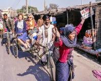 Cena da rua da mulher e do riquexó em Deli, Índia Fotografia de Stock Royalty Free